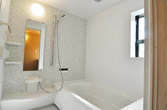 浴室は広々バスタブ付きです
