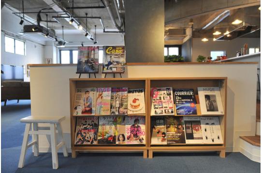 雑誌やコンビニコーナーも設置