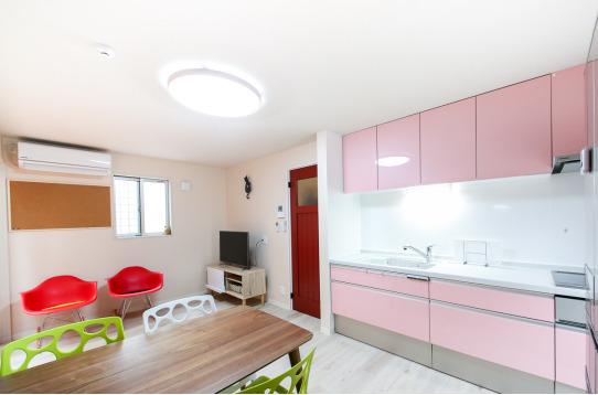 ピンクのキッチン、毎日の料理も楽しくなります