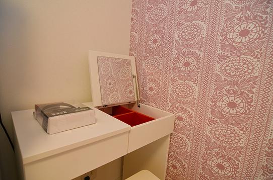 ピンクの壁紙がアクセント
