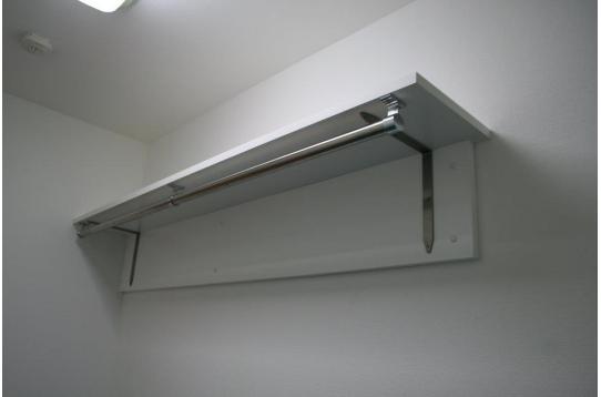 棚の下にはハンガーパイプが付いています!