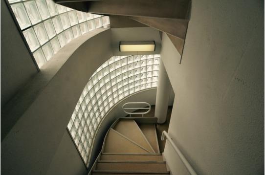ガラスブロックからの柔らかい明かりの差し込む階段。