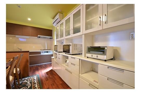 キッチン家電類と食器などはこちらに収納されています