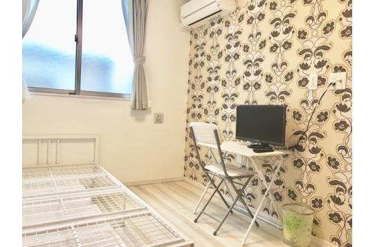 鍵付き個室♪お部屋ごとに壁紙の柄は異なります。