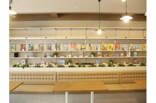 カフェのようなラウンジ空間。