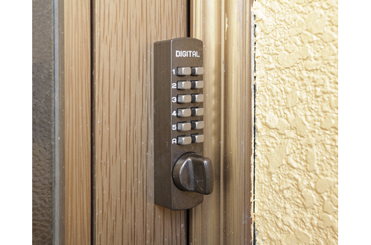 入口はナンバーキーでセキュリティ安心です