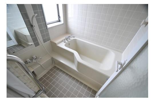 お子様と一緒に入っても楽々な広いお風呂です。