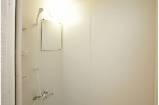 お風呂とは別にシャワールームもございます