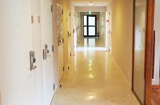 全部屋13室の長い廊下です!