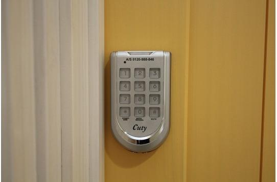 個室はオートロックキーです。