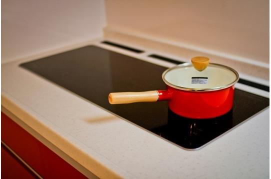 3口のIHヒーターで料理に便利。