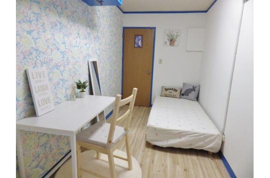 お部屋はキッチン、エアコン、冷蔵庫、ベッド完備!