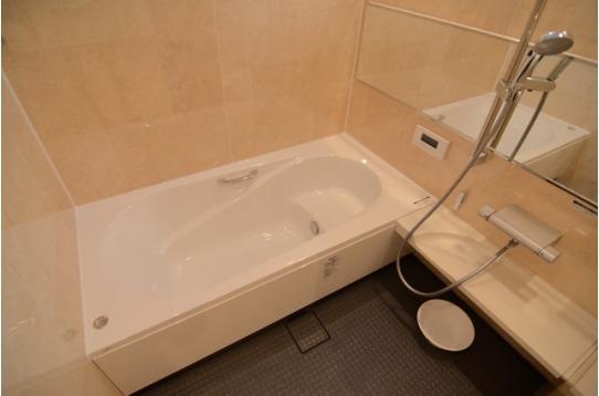 ゆったり足が伸ばせる広々とした浴槽