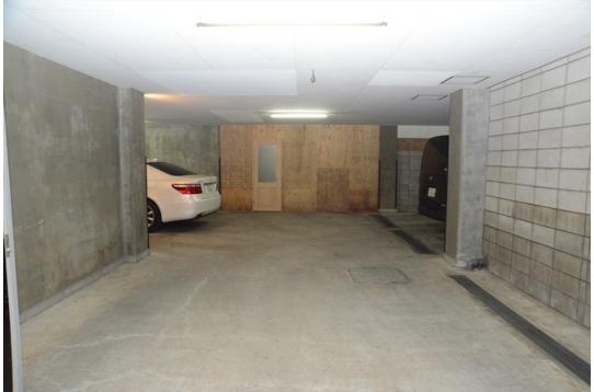 シャッター付駐車場も7台入ります。