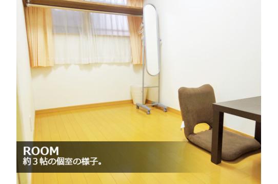 各室には小物収納用にコーナーシェルフもご用意