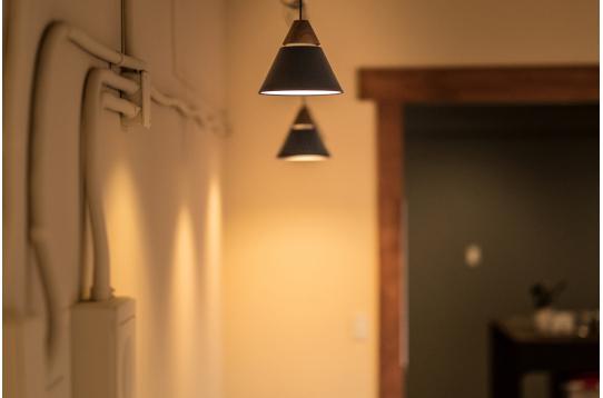 カフェやバーのような落ち着いたダウンライト。