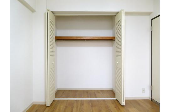 洋室のクローゼットにキャリーケース収納可