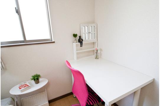 個室に完備されている机、椅子。