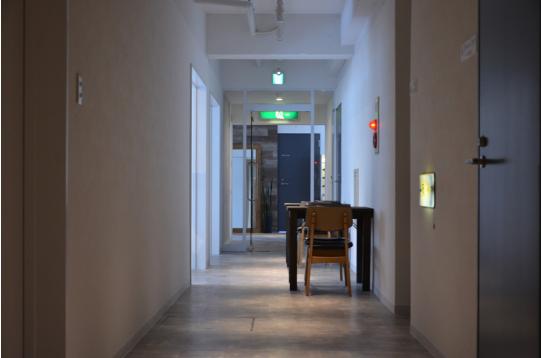 奥に続く廊下。