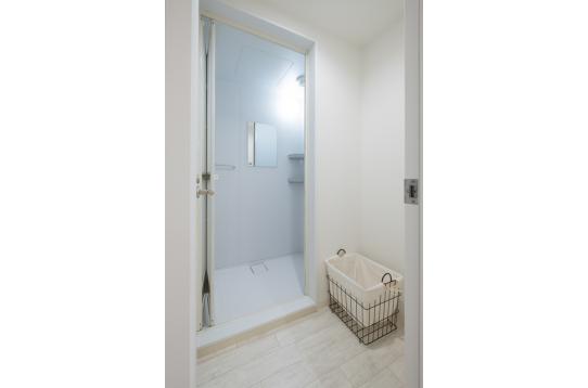 各フロア2台のシャワー室をご用意してます。