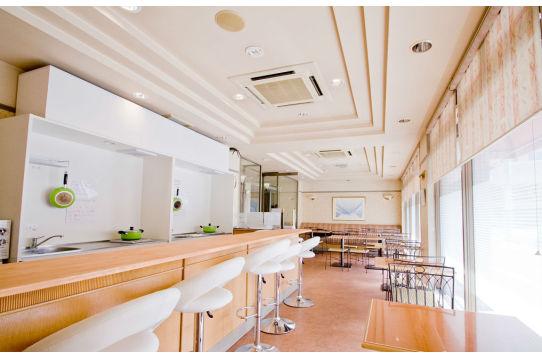 オープンキッチン付きカフェテリア