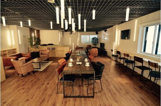 天井高3mある開放的感溢れるリビング空間。