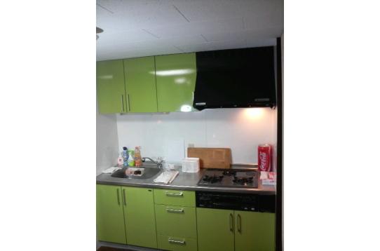 三口ガスコンロの広々とした台所。
