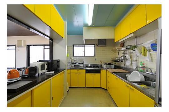 黄色がポイントのキッチン