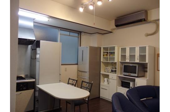 大型冷蔵庫完備のキッチンです。