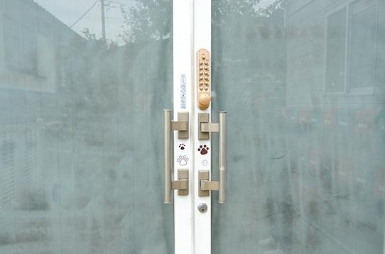 暗証番号式の玄関ドアロック