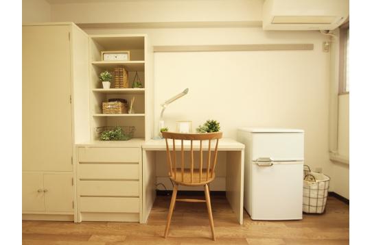 デスク・冷蔵庫も完備