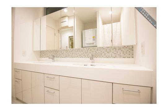 洗面所はシンクが2つ、収納は個人用3か所あります。