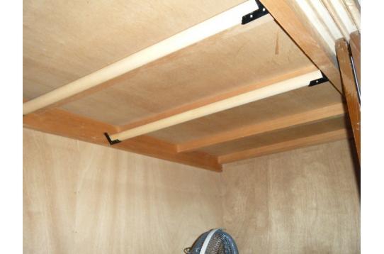 個室B:押入内の木製洋服掛け