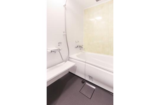 足が伸ばせるお風呂!別にシャワールームもあります!