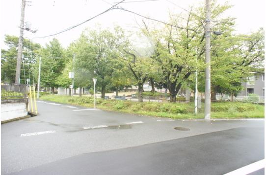 物件裏の公園