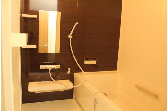 1階には浴槽付きの浴室もございます