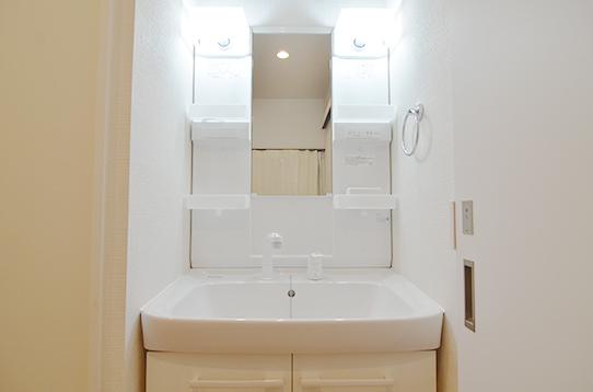 照明も明るくゆったりした洗面台