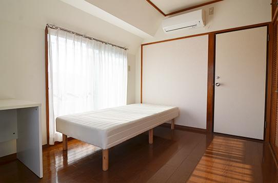 ベッド・エアコン・机、椅子備え付けです