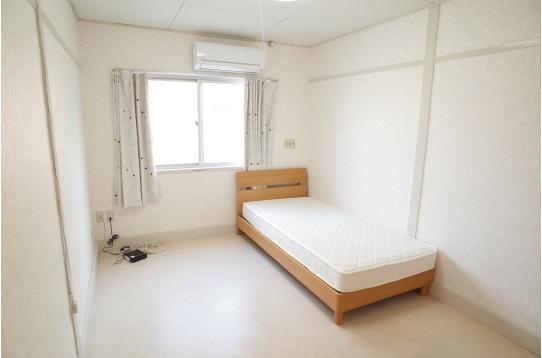 ベッド設置後の205号室です