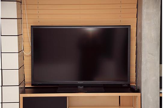 リビングには大型液晶テレビ
