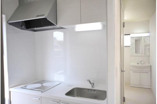 キッチンの奥は洗面台とバスルーム