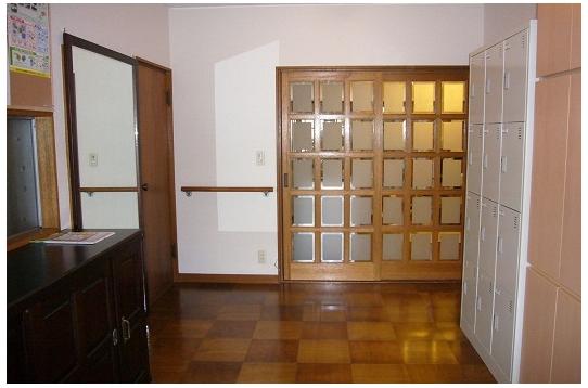 玄関。大きな姿見があります
