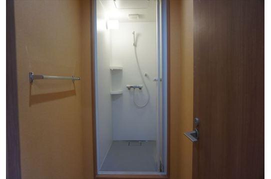 充分なスペースのあるシャワー室。