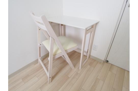 お部屋に備えつけの机・椅子