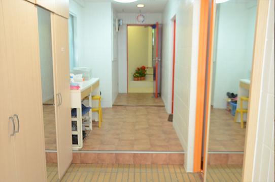 玄関も広々。玄関横が共用スペースです