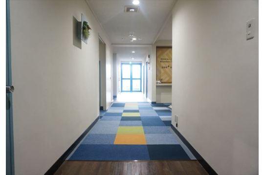 広々とした廊下で採光も抜群!