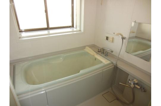 換気窓付きで開放感ある浴室です