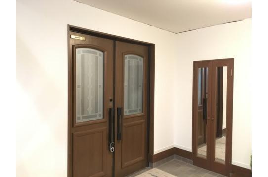 広い玄関。収納スペースの扉表面には全身鏡付き。