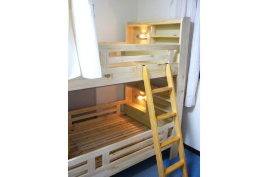 女性:2段ベッド。荷物置場やクローゼットあり