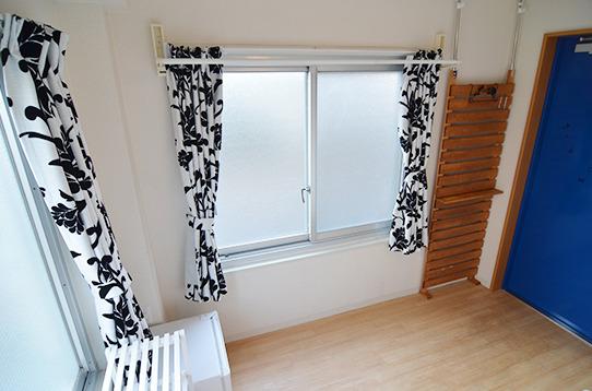 窓が二面で明るさも十分なお部屋。